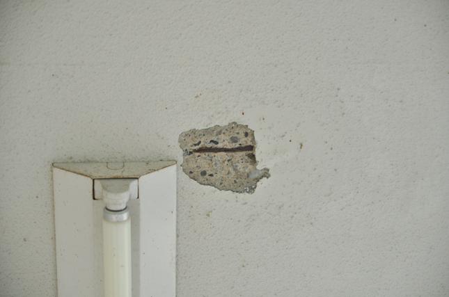 コンクリートの浮きを除去 中の鉄筋が錆びています