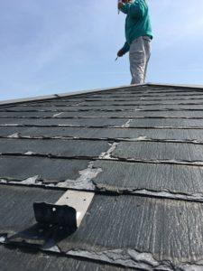 屋根調査 屋根材が劣化しめくれています。