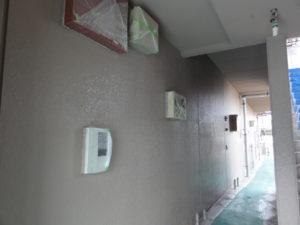 北面1階通路塗り替え途中