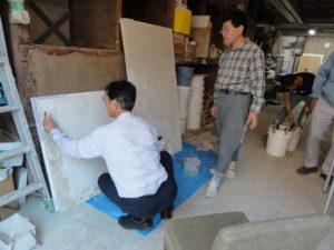 漆喰塗りの体験中(杉山)