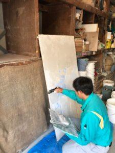 漆喰塗りの体験中(渡辺)