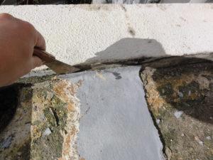 浮いていた旧防水材の撤去