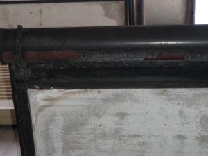 調査写真① 樋の色褪せと表層劣化