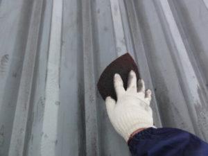 折板屋根 目荒らし作業