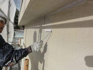 外壁シーラー塗り作業中