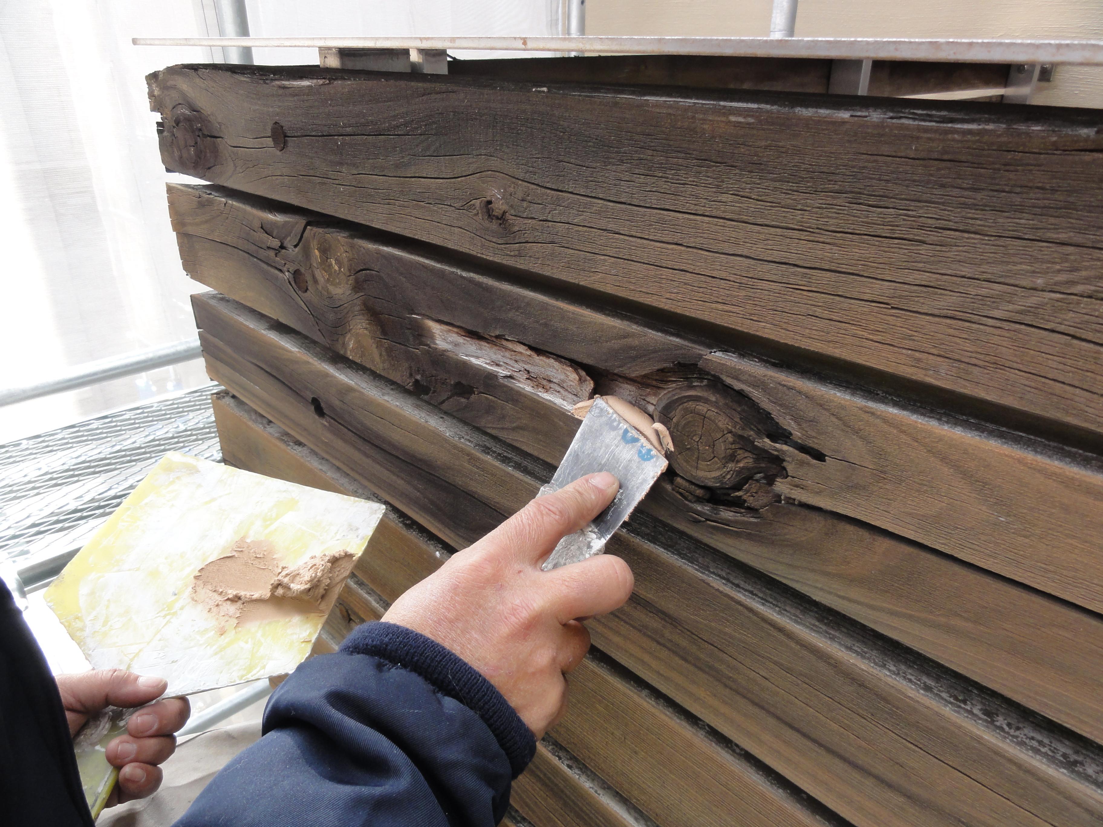 木工パテにて補修作業中